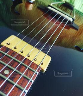 近くにギターのアップの写真・画像素材[932385]