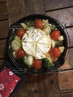キャンプでつくったカマンベールチーズのアヒージョの写真・画像素材[2220232]