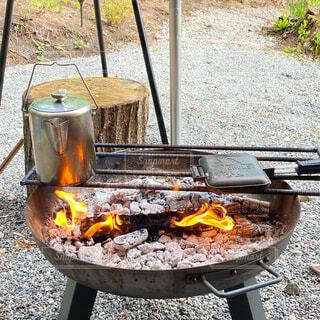 ホットサンドメーカーを使って焚火調理の写真・画像素材[4405973]