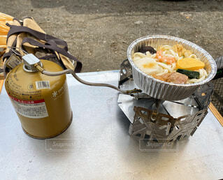 キャンプで食べる冷凍鍋焼うどんの写真・画像素材[4487198]