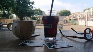 テーブルの上のアイスコーヒーのグラスの写真・画像素材[1185115]