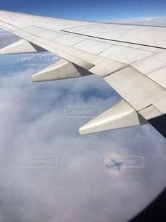 空を飛んでいる飛行機の写真・画像素材[851144]