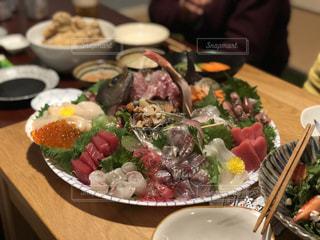 テーブルの上に食べ物のプレートの写真・画像素材[1078093]