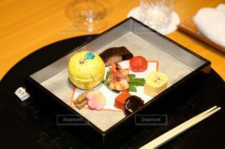 テーブルの上に食べ物のプレートの写真・画像素材[874504]