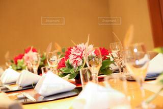 ワイングラスとテーブルに座っている人のグループの写真・画像素材[874506]