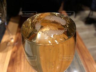 こぼれスパークリングワインの写真・画像素材[941117]