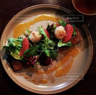 お皿の上の野菜畑の写真・画像素材[675462]