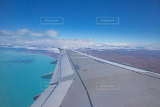 飛行機の窓からの眺めの写真・画像素材[1130121]