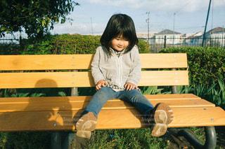 ベンチに座っている女の子の写真・画像素材[1188533]