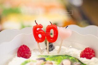 近くに食品誕生日ケーキのプレートのアップの写真・画像素材[1234156]