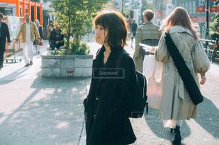 携帯電話で話しながら通りを歩いて人々 のグループの写真・画像素材[1779755]