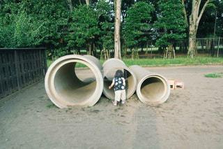 土管で遊ぶ子供の写真・画像素材[1881998]