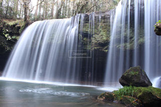 いくつかの水の上の大きな滝の写真・画像素材[863087]