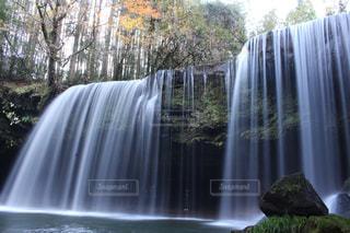 いくつかの水の上の大きな滝の写真・画像素材[863091]