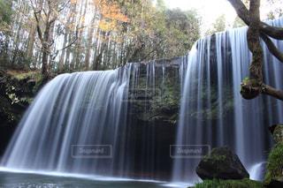いくつかの水の上の大きな滝の写真・画像素材[863092]