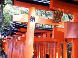 建物の前にオレンジ色のベンチの写真・画像素材[1130203]