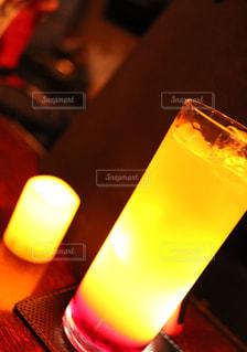 コーヒーやビール、テーブルの上のガラスのカップの写真・画像素材[744996]