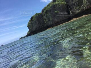 近くに水の体の横にある岩のアップの写真・画像素材[787316]