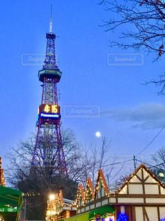 夜の街にそびえる大きな時計塔の写真・画像素材[947975]