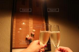 ワインのグラスを持っている手の写真・画像素材[707963]
