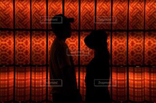 部屋に立っている男の写真・画像素材[742135]