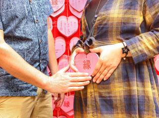 カメラにポーズの人のペアを保持している男の写真・画像素材[781229]