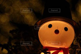 暗い部屋に座っている人の写真・画像素材[908300]
