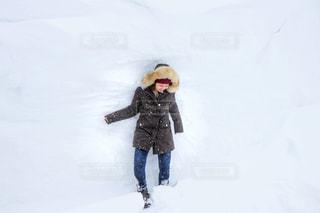 雪に埋もれるのも楽しいの写真・画像素材[976195]