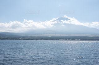 夏の富士山と山中湖の写真・画像素材[510536]