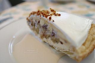 皿の上のケーキの一部の写真・画像素材[1158291]