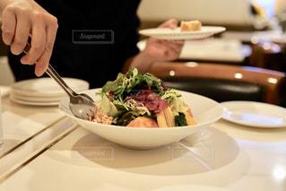 サラダをシェアの写真・画像素材[2008320]