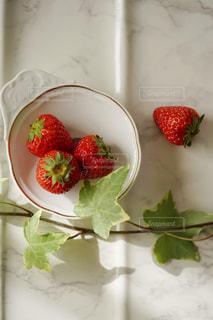 テーブルの上の苺の写真・画像素材[2228767]