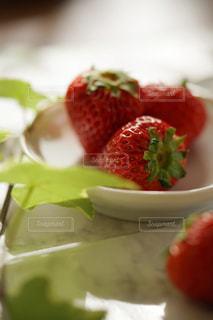 お皿の上の苺の写真・画像素材[2228769]