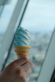 二色のソフトクリームの写真・画像素材[2322931]