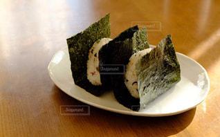 雑穀米のおにぎりの写真・画像素材[2803336]