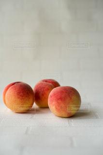 3つの桃の写真・画像素材[3537966]