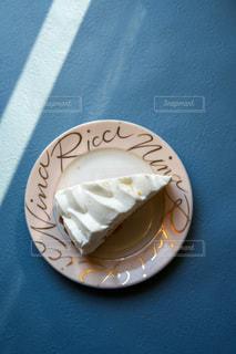 皿の上のケーキの写真・画像素材[3565235]