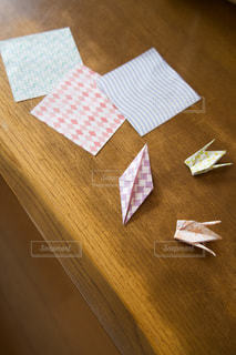 テーブルの上の折り紙の写真・画像素材[3594834]