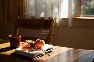 テーブルの上の読みかけの本の写真・画像素材[3741381]