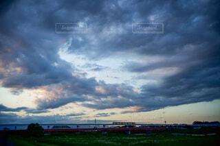雲の多い夕方の空の写真・画像素材[3750181]