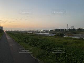 夕方の遊歩道の写真・画像素材[3754457]