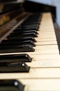 古いピアノの鍵盤の写真・画像素材[3897635]