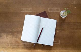 ノートとペンを真俯瞰で見るの写真・画像素材[4077934]
