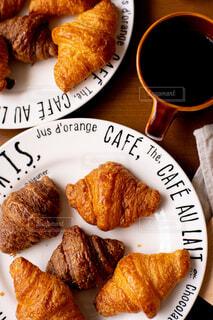 クロワッサンとコーヒーの写真・画像素材[4341282]