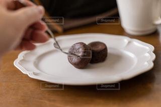 チョコレート菓子を食べるの写真・画像素材[4440001]