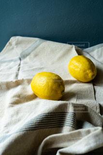 リネンの上のレモンの写真・画像素材[4523990]
