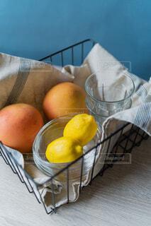カゴに入ったグレープフルーツとレモンの写真・画像素材[4532269]