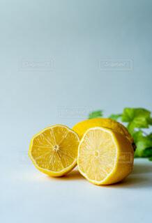 半分に切ったレモンの写真・画像素材[4577379]