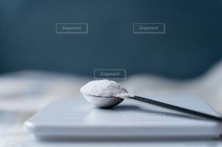 計量スプーンに盛られた塩の写真・画像素材[4590722]