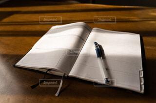 ノートとペンの写真・画像素材[4767910]